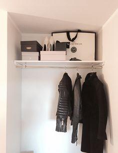 Inbyggd garderob i hall. Vitmålad. Mässingsstång. Hatthylla.