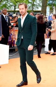 Ryan Gosling steamed up the red carpet in a dark emerald suit with an unbuttoned dress shirt at the London premiere of 'The Nice Guys' on May 19 — see the sexy pics! Estilo Ryan Gosling, Ryan Gosling Suit, Ryan Gosling Style, Ryan Gosling Fashion, Dark Green Suit Men, Blue Suit Men, Blue Suits, Green Wedding Suit, Wedding Suits