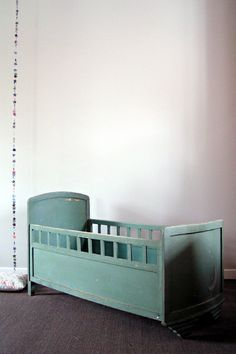 lit bébé vert barreaux