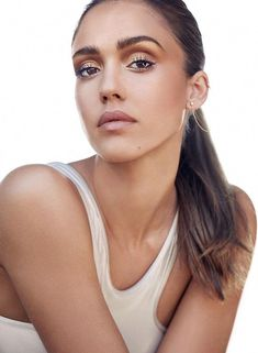 Get inside beauty tips from Jessica Alba and see how she applies her makeup every day. Try these quick and easy application tips to help you look beautiful without spending hours in the bathroom. You'll be surprised to learn a few fun facts about Jessica Alba as well! #KoreanBeautyRoutine Jessica Alba Body, Jessica Alba Makeup, Jessica Alba Style, Makeup Tips, Hair Makeup, Jessica Alba Pictures, Actress Jessica, Shape Magazine, Teresa Palmer