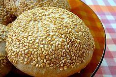 Pão Caseiro para Hambúrguer: Confira! Ingredientes: Massa: 2 ovos 1 xícara (chá) de leite 2 colheres (sopa) de azeite 2 tabletes de fermento em pó 1 pitada de sal 3 colheres (sopa) de açúcar 3 ½ xícaras (chá) de farinha de trigo Outros ingredientes: 1 ovo para pincelar 2 colher