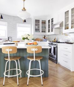 Modern English Cottage Tudor Kitchen including Dining Room by Emily Henderson Farmhouse Kitchen Island, Kitchen Island Decor, Modern Farmhouse Kitchens, Cool Kitchens, Kitchen Rustic, White Kitchens, Antique Farmhouse, Farmhouse Table, Cottage Tudor