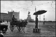 Recordar a Lisboa de outros tempos. Sempre única.  Em 1955, a Praça do Comércio fotografada por Henri Cartier-Bresson (considerado por muitos como o pai do fotojornalismo).