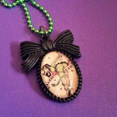 Collana con ciondolo cammeo in resina con zombie pin up sexy rockabilly horror dark gothic zombie splatter halloween vittoriano pin up