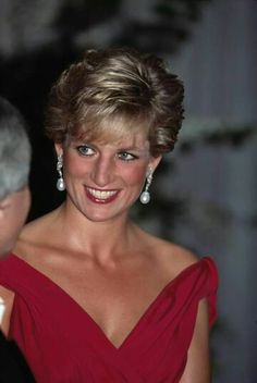 November Diana Princess of Wales attends a performance by the Welsh National Opera during a visit to Japan. Princess Diana Fashion, Princess Diana Family, Royal Princess, Princess Of Wales, Lady Diana Spencer, Princesa Diana, Glamour, Most Beautiful Women, Beautiful People