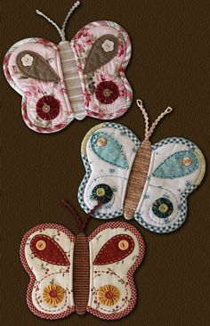 Butterfly Potholders - I would rather put these on a quilt or pillow instead. Sewing Hacks, Sewing Crafts, Quilting Projects, Sewing Projects, Quilt Patterns, Sewing Patterns, Quilted Potholders, Sewing Aprons, Mug Rugs
