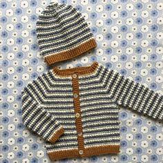 Om modellen:Huen strikkes rundt på strømpepinde nedefra og op.Cardigan strikkes rundt fra bul til hals. Efterfølgende klippes op og forkanterne strikkes på. Trin for trin foto af opklipning o...