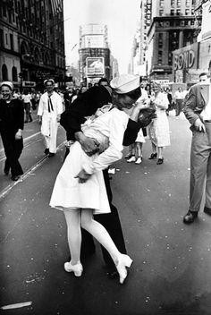 Поцелуй на Таймс-сквер в День Победы. Самая известная фотография Альфреда Эйзенштадта
