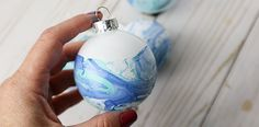 The easiest but prettiest DIY ornaments you'll make to hang on your Christmas tree this year. Try these marbled ornaments and see how easy it is to customize your own ornaments. Source by clumsycrafter Painted Christmas Ornaments, Easy Christmas Crafts, Outdoor Christmas Decorations, How To Make Ornaments, Simple Christmas, Diy Ornaments, Christmas Tree, Diy Christmas Gifts Videos, Homemade Ornaments