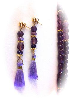 Pendientes con cristales facetados transparentes violetas y cristal opaco liso violetas. 2 piezas de jaspe africano, embellecedores metálicos en dorado . Remate con pompones de algodón: 7,50€