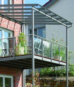 Balkon aus Stahl mit Glasdach und Glasbrüstung.