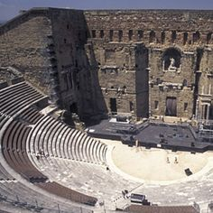In welchem Land befindet sich dieses antike Amphitheater? in Frankreich In der Innenstadt von Orange steht das Römische Theater aus dem 1. Jahrhundert n. Chr., das für eines der besterhaltenen der Welt gehalten wird. Aus ökonomischen und statischen Erwägungen wurde das Theater am Hang eines Hügels errichtet. Mit dem Niedergang des römischen Reiches teilte der Bau das Schicksal vieler anderer antik