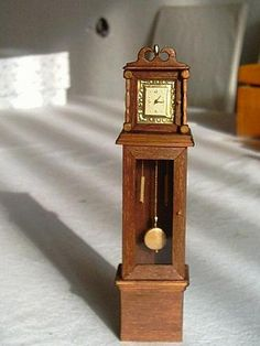Tutorial for Grandfather clock which incorporates watch face | Source: Casa de Munecas