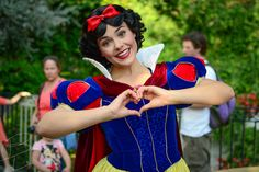 I'm not a Snow White fan, but she looks terrified haha Disney Girls, Disney Love, Disney Magic, Disneyland Princess, Disney Princess Dresses, Disney Princesses, Disney And Dreamworks, Disney Pixar, Walt Disney