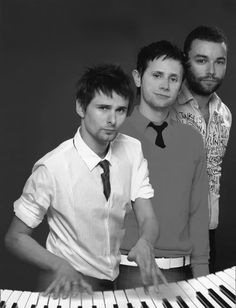 Why I can't stop thinking about this pic:  Chris's t shirt The motion blur on Matt's hands The fact that dom is wearing the same colour shirt as his sweater