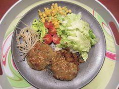 Hamburguesas de soja texturizada, espinaca y semillas de sésamo acompañado de lechuga, maíz, tomate cherry, brotes germinados y puerro.