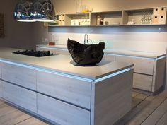 Moderne Küche in Holzoptik mit pfiffigen Details...wie gefallen Euch zum Beispiel die Lampen mit Dunstabzugshaubenfunktion?