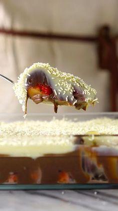 O clássico almoço em família jamais será o mesmo depois desse bombom de morango na travessa!