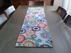 Caminho de mesa que também pode ser utilizado como tete a tete (veja nas imagens do produto), que é um serviço de chá para duas pessoas e pode ser colocado à mesa combinado com jogos americanos. <br> <br>Fabricado com tecido 100%algodão, semi impermeabilizado com a outra face em brim verde. <br> <br>Dimensões: 1,40 x 0,47 m