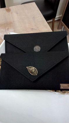 My envelope bags leather bag pattern Felt Clutch, Crochet Clutch Bags, Felt Purse, Fabric Wallet, Fabric Purses, Macbook Bag, Wooden Bag, Leather Bag Pattern, Felt Crafts Diy