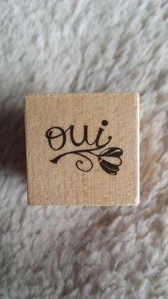 """Tampon en bois AVEC SEMELLE EN CAOUTCHOUC.  Taille du tampon 2.5x2.5cm  Le dessin représente une inscription """"oui"""".  Idéal pour la décoration de page ou de cartes.  D'au - 5387703"""