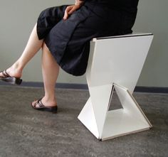 Inspired by pop-ups book, stoel #1 turns from a 2D pliable object into a 3D stool with one screwing movement.