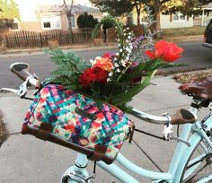 Do you know the joy of riding a bike carefree through the summer breeze? Learn the art of summer bike riding - particularly to fun events. Urban Cycling, Bike Bag, Cycle Chic, Commuter Bike, Fun Events, Urban Exploration, Summer Breeze, Bike Life, Retro