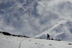 Van-da etkili olan kar yağışı sonrası yüksek kesimlerde tipi ve fırtına hakim oldu. Gevaş sınırlarındaki 3 bin 550 metre yüksekliğe sahip Artos Dağı zirvesindeki karlar, fırtınanın etkisiyle aşağı kesimlere savruldu. (Özkan Bilgin - Anadolu Ajansı)