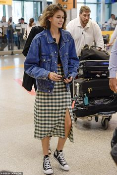 Kaia Gerber looks trendy in a plaid skirt, black top and denim jacket as touches down at Fiumicino Airport in Rome, Italy Outfits With Converse, Casual Outfits, Cute Outfits, Look Fashion, Fashion Outfits, Look Street Style, Kaia Gerber, Models Off Duty, Haute Couture Fashion