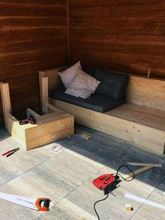 Houten lounge set voor onder de overkapping.  Dus wil je lekker genieten in je eigen tuin? Bekijk dan hieronder hoe ik deze loungeset gemaakt heb. Met een beetje hout en wat gereedschap, bouw je deze loungeset makkelijk en eenvoudig. #loungeset #diyprojects #overkapping #houtenbank #lounge Outdoor Sofa, Outdoor Furniture, Outdoor Decor, Backyard Landscaping, Garden Inspiration, Shed, New Homes, Home And Garden, Diys