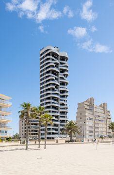 Vivienda colectiva en Calpe, Alicante. Sistemas utilizados: S125RP, S74RP y barandilla Glass Line STRUGAL. Estudio de arquitectura: Estudio A2G Calpe Alicante, Skyscraper, Multi Story Building, Architectural Firm, Verandas, Architects, Skyscrapers