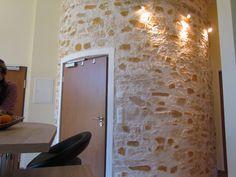 runde Steinwand Marsalla in einem Appartment eingebaut