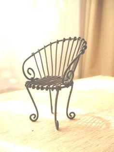 アルミワイヤーを使い小さな椅子を作りました。アクリル絵の具でペイントしマットに仕上げています。サイズ 約W6×H8×D7cm 座面W4...|ハンドメイド、手作り、手仕事品の通販・販売・購入ならCreema。