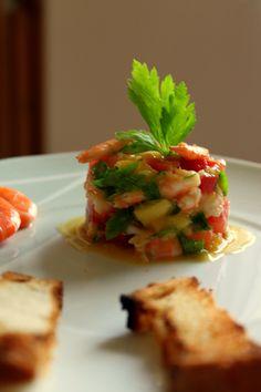 """Cette recette de salade mixte aux crevettes, mangues et tomates est très rafraîchissante pour le printemps et surtout pour l""""été."""