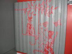 PEINTURE sur RADIATEUR en FONTE  J'ai relooké ce vieux radiateur pour le rendre plus sympathique...   Peinture acrylique Painter Matt pour les motifs gris.  Dessins réalisés par moi-même. Ƹ̵̡Ӝ̵̨̄Ʒ Nouillelfique