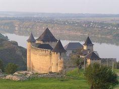 În timpul Războiului, administrația românească a orașului Hotin s-a refugiat la Horezu. De Ziua Națională a României, cele două orașe s-au înfrățit.