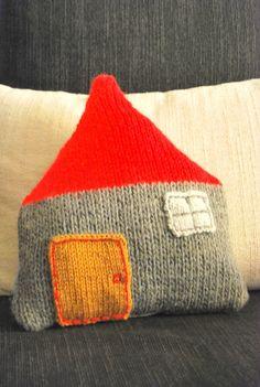 """Le Grand Bazaar : Coussin """"La maison Familiale"""" avec 1 côté tricot et l'autre côté tissu (tuto inside) ♥ !"""