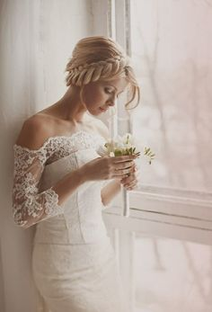 Brautfrisuren geflochten mit schleier  Brautfrisur mit Schleier mit Tüll-Blumen bestückt | Brautfrisuren ...