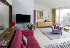 Obývací pokoj zabírá první patro a jeho velkou výhodou je ohromné okno přes celou stěnu.