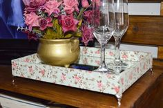 Bandeja com fundo espelhado e forrada em tecido floral.