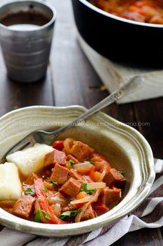 Receta 'Salami' Guisado Dominicano: Un popular plato a base del 'salchichón' dominicano en una espesa salsa de tomates y vegetales. Va muy bien con yuca.