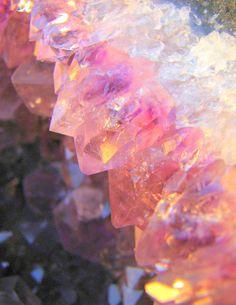 見た目はまるで宝石。キラキラしていて綺麗な琥珀糖は自分でも作れるのに信じられないほど美しい魔法のお菓子。夏にピッタリの宝石のようなひんやりスイーツを作って食べてみませんか?