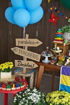 decoração colorida para festa de aniversário infantil com plaquinhas indicativas Picnic Birthday, Carnival Birthday, 1st Birthday Parties, Baby Boy First Birthday, Carnival Festival, Happy Party, Party Decoration, First Birthdays, Lucca