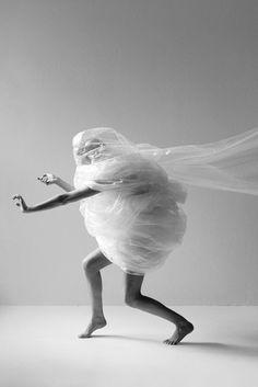 Joakim Heltne: photographer, artist and retoucher. Het leuke van materiaal, is dat er zoveel dingen mee kan doen en het zo gek kan maken als je wil. Net zoals op deze foto. Het gaat niet altijd om de schoonheid van de kleding  etc. zoals je vaak ziet. Maar je kan ook een totaal nieuw idee geven en mensen op die manier aanspreken en vooral inspireren.