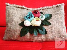 Çuval kumaştan çiçekli el çantası yani portföy ya da clutch modeli. keçe, kumaş, polardan dikebileceğiniz çanta örnekleri, dikim detayları ve çanta süsleme fikirleri 10marifet.org'da
