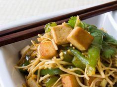 Ein Maximum an Genuss - ein Minimum an Kalorien: Konjak-Nudeln mit Tofu http://www.fuersie.de/kochen/diaetrezepte/artikel/diaetrezept-kalorienarme-konjaknudeln-mit-tofu
