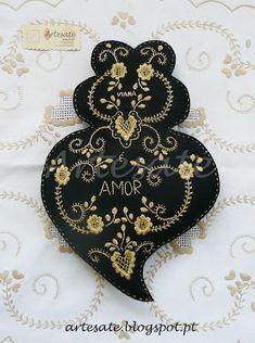Artesaté®: Almofada Coração Ouro de Viana Artesaté Hand Embroidery, Embroidery Designs, Felt Crafts, Diy Crafts, Decoupage Printables, Cross Stitch Books, Small Gifts, Portuguese, Fun Projects
