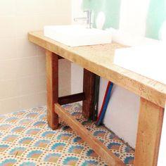 On avance dans la salle de bain .... Pas encore finie mais on commence a y voir un peu plus clair !!! Je suis fan de notre carrelage #petitpan bien-sûr !!! Notre vieil établi a trouvé sa place !! #yellowhomesalledebain ! Bientôt la peinture et les miroirs pour se faire une beauté le matin ☺️! J ai hâte !!!