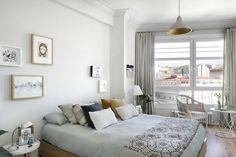 10 dormitorios para soñar despiertos. Dormitorio con pared gris y detalles en amarillo y oro. Muebles de fibra.