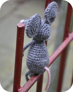 Grietjekarwietje.blogspot.com: Haakpatroon: Pita de muis Crochet Gratis, Crochet Toys, Knit Crochet, Crochet Home Decor, Textiles, Baby Sewing, Pet Toys, Diy And Crafts, Crochet Necklace